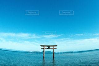 海の横にある水の大規模な体の写真・画像素材[923561]