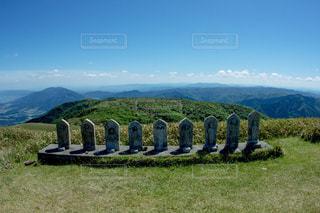 背景の山と建物の写真・画像素材[923564]