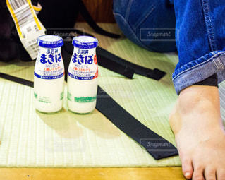 いくつかの靴で、テーブルに座っている人 - No.933083