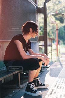 ベンチに座っている女性の写真・画像素材[1052622]