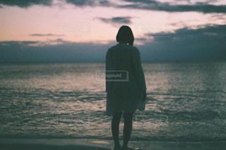 水の体の横に立っている人 - No.1052623