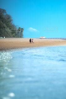 水の体の近くのビーチの人々 のグループの写真・画像素材[1108486]