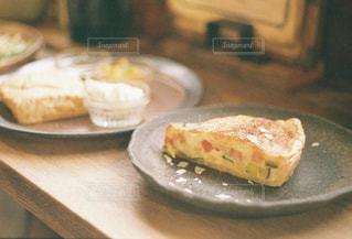 テーブルの上に食べ物のプレートの写真・画像素材[1146136]
