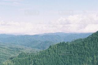 背景の大きな山の写真・画像素材[1157809]