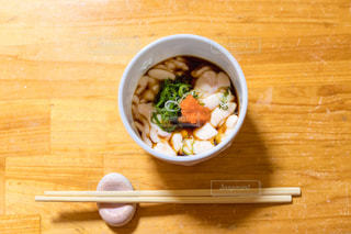 木製テーブルの上に座って食品のボウルの写真・画像素材[1197417]