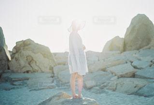 岩の上に立っている人の写真・画像素材[1197434]