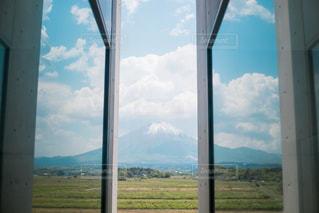 背景の山と大きいウィンドウのビューの写真・画像素材[1197475]