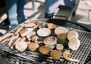 グリルの上に食べ物のパンの写真・画像素材[1203560]