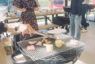 テーブルの上に食べ物を調理人の写真・画像素材[1203582]