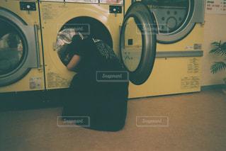 洗濯機はカメラにポーズを鏡の前での写真・画像素材[1233567]