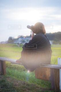 フィールドに坐っていた男の写真・画像素材[1261232]
