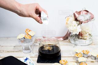 テーブルに食べ物のプレートを持っている人の写真・画像素材[1265781]