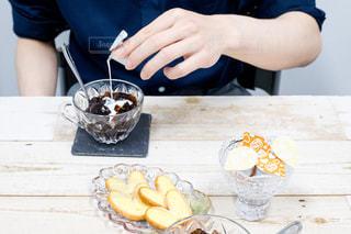 食品のプレートをテーブルに着席した人の写真・画像素材[1265784]