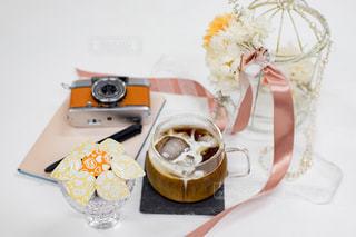 テーブルの上に座っているケーキの写真・画像素材[1266440]