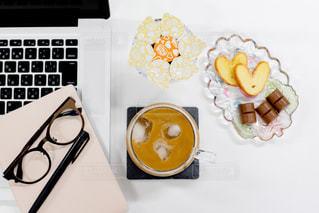 テーブルの上のコーヒー カップの写真・画像素材[1266447]