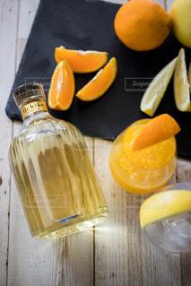 バナナとオレンジのテーブルの上の写真・画像素材[1281574]