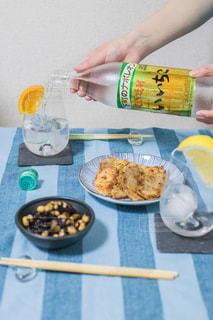 テーブルの上に食べ物のボウルの写真・画像素材[1281632]