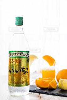 ボトルとオレンジ ジュースのガラスの写真・画像素材[1281648]