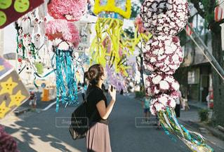 通りを歩いている人の写真・画像素材[1287151]