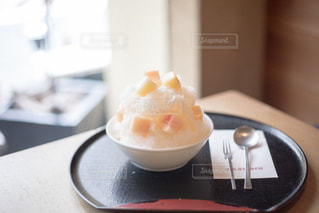 近くのテーブルの上に食べ物をの写真・画像素材[1355147]
