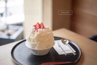 テーブルの上に座っているケーキの写真・画像素材[1355148]
