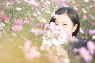 花を持っている人の写真・画像素材[1486634]