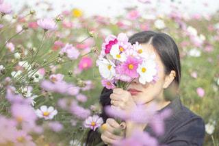 花を持っている人の写真・画像素材[1486638]