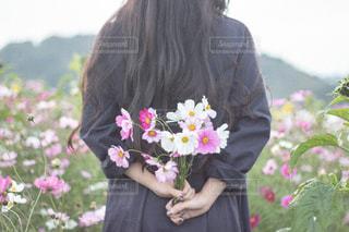 花を持っている人の写真・画像素材[1486643]
