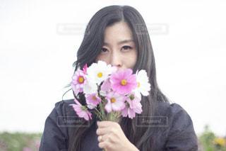 花を持つ女性の写真・画像素材[1486646]