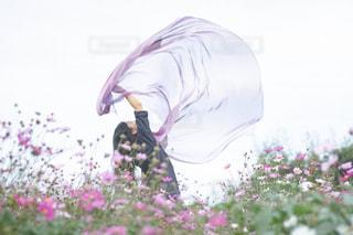 花を押しながら空気を通って飛んで男の写真・画像素材[1486651]