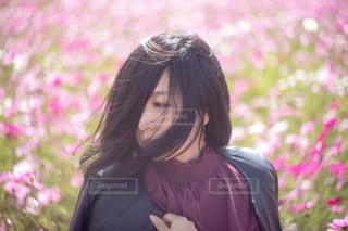 紫のシャツを着ている女性の写真・画像素材[1585675]