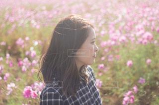 花の前に立っている人の写真・画像素材[1588896]