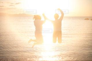 砂浜の上に立っている人の写真・画像素材[1594209]