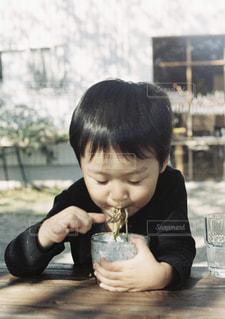 子ども,自然,ランチ,庭,そば,木漏れ日,子供,テーブル,お店,人物,外,人,昼食,幼児,フィルム,少年,男の子,若い,瓦そば