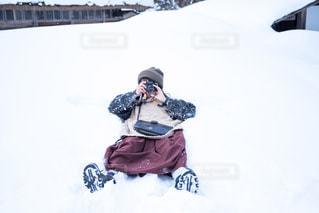 雪をスノーボードに乗る人が斜面をカバーの写真・画像素材[1665368]