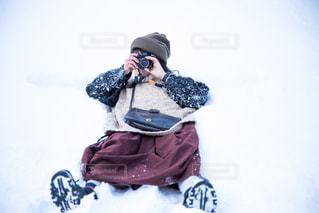 雪の中に立っている人の写真・画像素材[1665369]