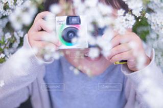 近くにカメラを持っている人のの写真・画像素材[1829255]