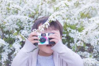カメラにポーズを鏡の前でカメラを持っている人の写真・画像素材[1829258]