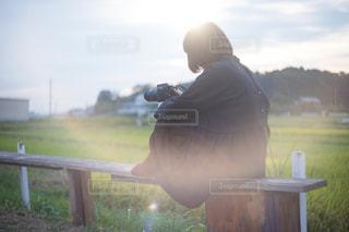 草の中に立っている男の人の写真・画像素材[1829287]