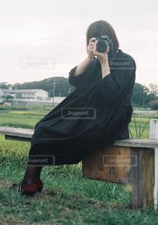 携帯電話で話す人の写真・画像素材[1829342]