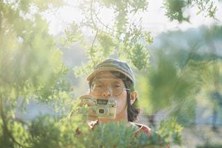 森の中、selfie を取っている人の写真・画像素材[1834465]