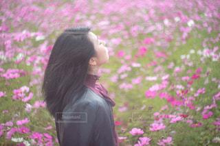 花の前に立っている人の写真・画像素材[2289150]
