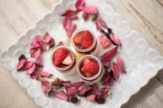テーブルの上に座っているケーキの一部をクローズアップの写真・画像素材[2734326]