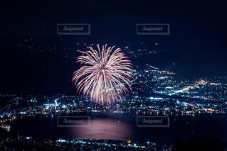 水の体の上の夜空の花火の写真・画像素材[2734361]