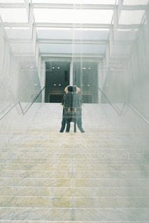 建物の前に立っている人の写真・画像素材[2743200]