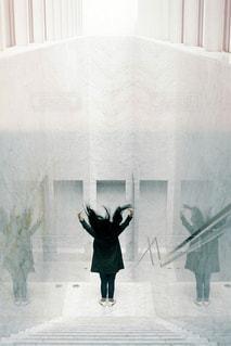 窓の前に立っている人の写真・画像素材[2743208]