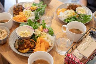 テーブルの上の食べ物のボウルの写真・画像素材[2743235]