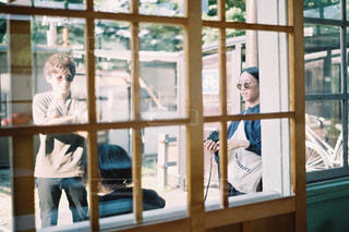 窓の前に立っている人の写真・画像素材[2763345]