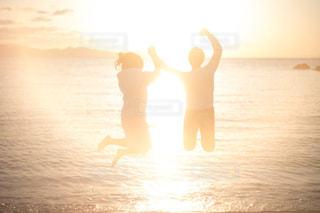 水の体に沈む夕日の写真・画像素材[2993234]