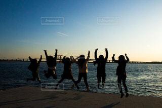 水域の近くのビーチで人々のグループの写真・画像素材[2993235]